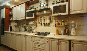 Фото классической кухни из массива дуба