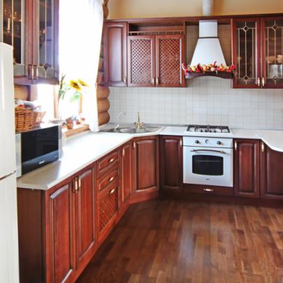 Пример дизайна гостиной, совмещенной с кухней