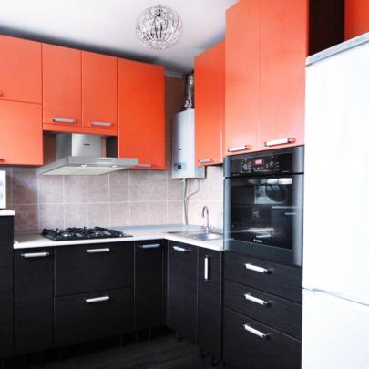 Интерьер удобной угловой кухни из магазина Кухмастер в Саратове