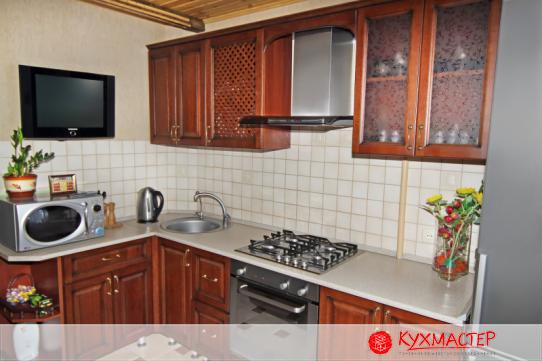 Фото интерьера угловой малогабаритной кухни из магазина Кухмастер в Саратове